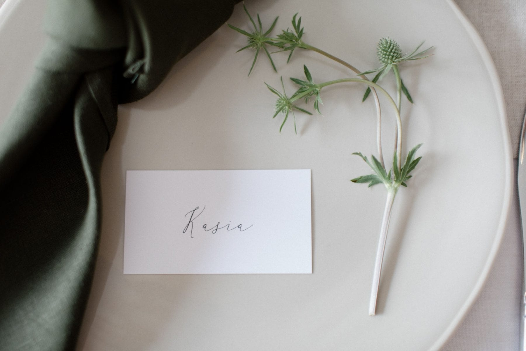 On My Hand wedding flowers - real wedding with black barn elegance - table styling